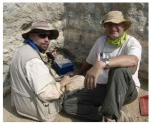 Manuel Dominguez y Enrique Baquenado excavando en Olduvai Gorge